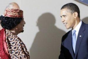 """Liviya sobiq rahbari Muammar Qaddofiy (chapda) AQSh prezidenti Barak Obama bilan Italiyada o'tgan """"Katta Sakkizlik"""" sammitida, 2009-yil. © Reuters"""